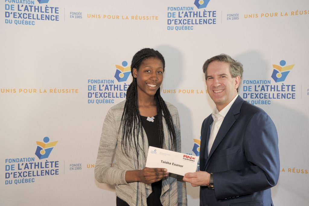 Taisha Exanor recevant sa bourse de 4000$ des mains de M. Mario Cecchini, président de RNC Média.